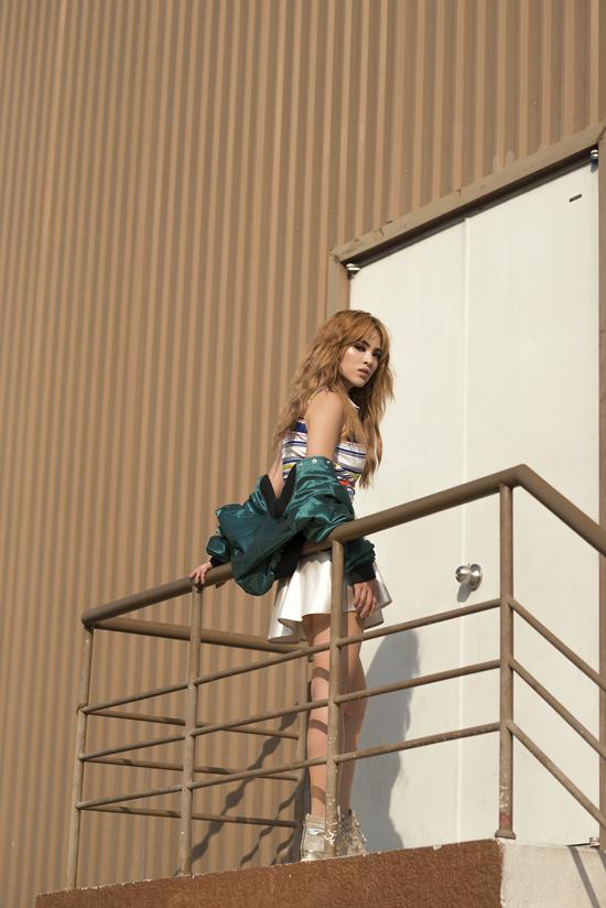 Váy siêu ngắn không chỉ giúp người mặc tôn chiều cao mà còn có khả năng khai thác vẻ đẹp gợi cảm, trẻ trung.