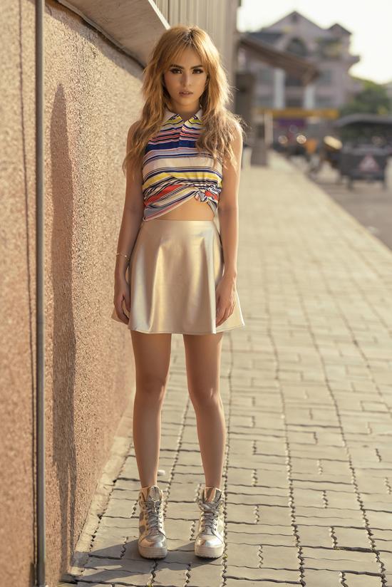 Phong cách street style năng động với thiết kế áo sơ mi sát nách đi cùng chân váy tennis, giầy thể thao ánh kim đầy bóng bẩy.