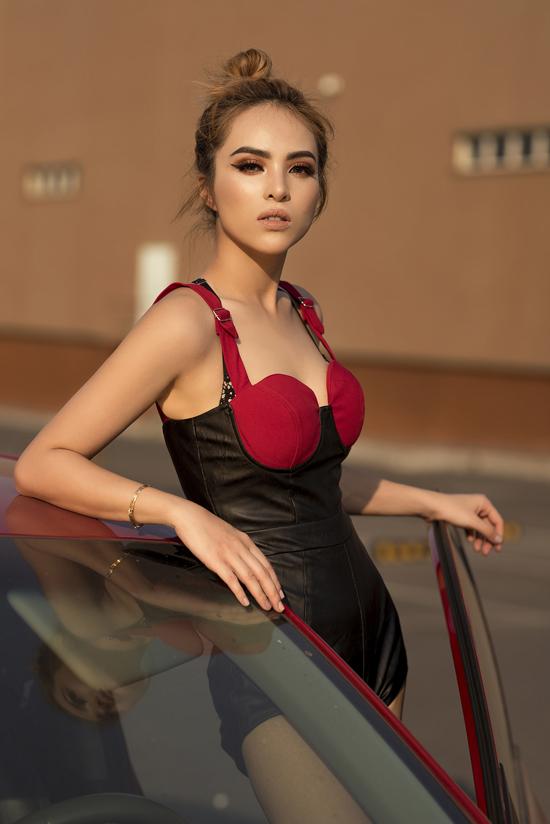 Nhằm tăng thêm sự đa dạng cho bộ ảnh, bên cạnh các kiểu quần ống rộng, chân váy ngắn, nữ rapper còn chọn thêm jumpsuit để chưng diện.