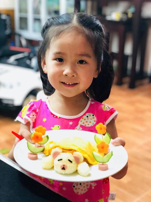 Ban đầu, chị Hương làm những món ăn và loại rau con thích, sau đó mới tới món con không thích. Bé sói không thích rau nên chị Hương thường chế biến các loại rau luộc hoặc xào mềm hơn một chút.