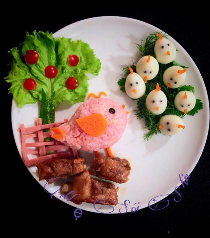 Trước mỗibữa cơm, chị Hương nghĩ ra một chủ đề để tạo hình. Đĩa cơm đẹp mắt và hấp dẫn khiến bé Sói háo hức.