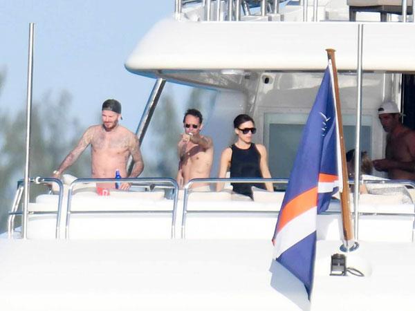 Becks và nam ca sĩ Marc Anthon cùng cởi trần đứng trên du thuyền trong khi Vic mặc đồ đen và đeo cặp kính râm quen thuộc.