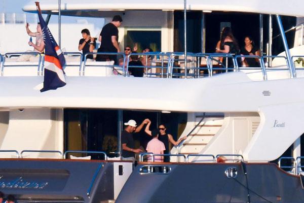 Theo The Sun, du thuyền của nam ca sĩ Marc Anthony có khoang ngủ cho khoảng 10 người.