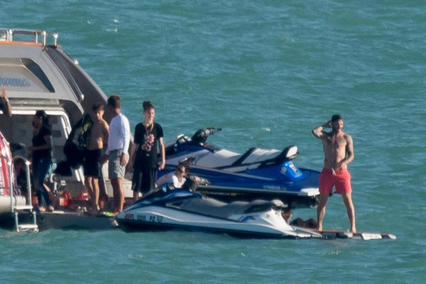 Becks tận hưởng biển xanh, nắng vàng khi tham gia trò lướt motor nước.