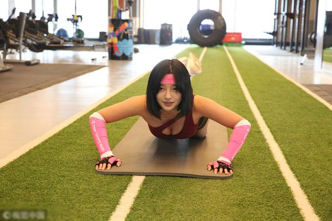 Hàng ngày, cô gái 20 tuổi vẫn hăng say tập luyện trong phòng thể hình của riêng mình để duy trì và nâng cấp vòng 3.