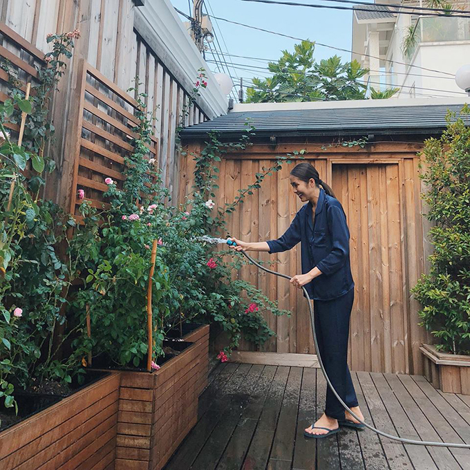 Tăng Thanh Hà chia sẻ thú vui mới mỗi ngày là tưới cây, chăm sóc hoa trong vườn nhà.
