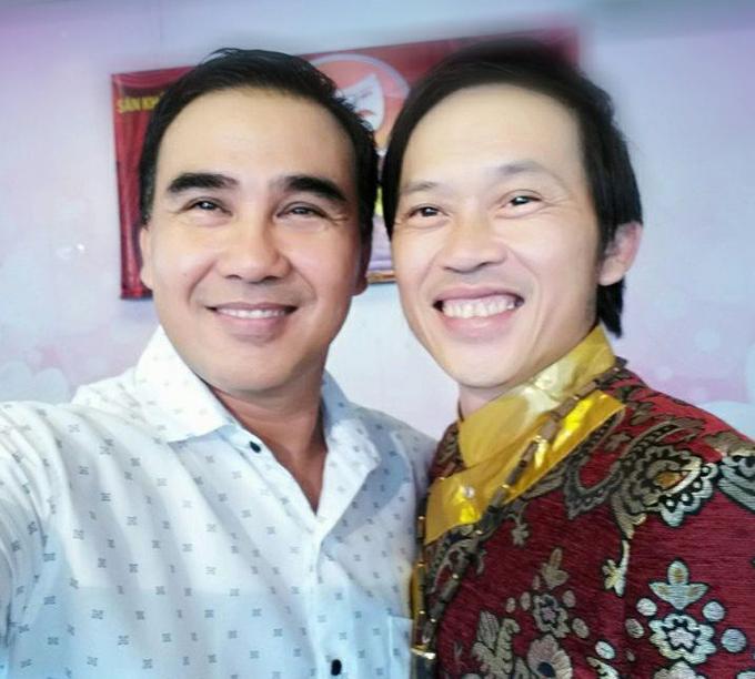 MC Quyền Linh bình luận về bức ảnh chụp chung với danh hài Hoài Linh: Linh nào cũng là Linh. Linh hoài cũng là Linh, Linh Quyền cũng là Linh. Linh hài xinh hơn Linh MC.