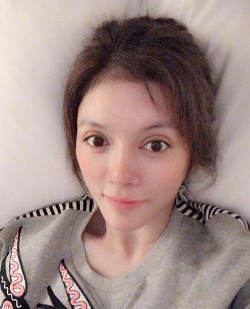 Lý Nhã Kỳ khoe màu tóc mới nhuộm: Chỉ vì tóc mới mà trước khi ngủ phải diễn đủ kiểu thế này đây.
