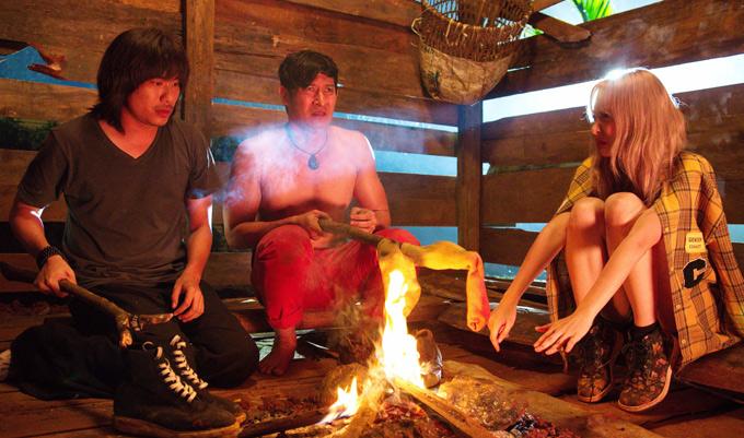 Cả nhóm sưởi ấm trong một ngôi nhà hoang. Huy Khánh cởi áo, khoe hình thể trước hot girl người Thái Lan.