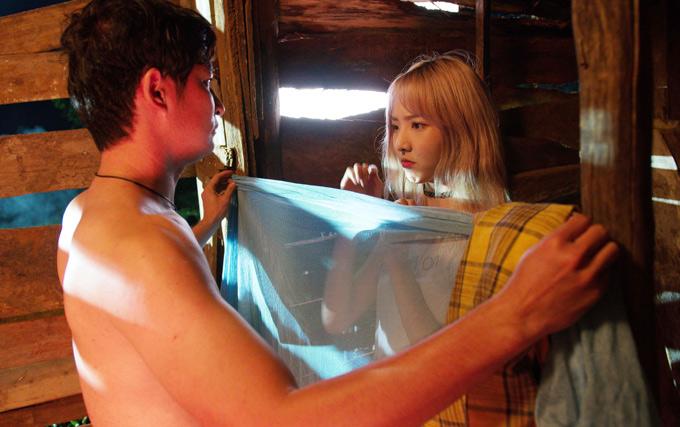 Nhân vật của anh là một chàng mù nên được giao đảm nhiệm việc giăng khăn, che chắn cho cô gái Thái Lan thay đồ.