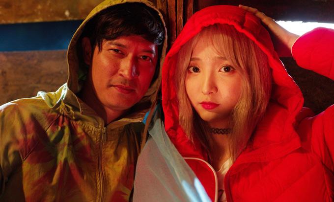 Sau những cảnh quay, Huy Khánh và người đẹp rủ nhau chụp ảnh kỷ niệm.