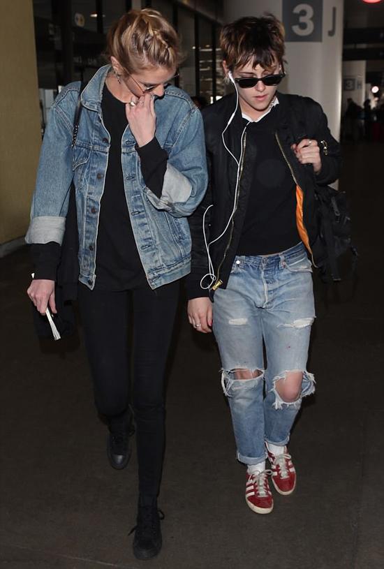 Hai cô gái bên nhau tại sân bay LAX tối 4/4.
