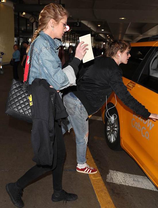 Những ngày này, cặp đôi vẫn luôn quấn quýt như đôi sam trái ngược với tin đồn Kristen sẽ tái hợp với Robert Pattinson. Theo tạp chí OK!, Kristen và Rob gần đây đã gặp lại nhau sau 5 năm chia tay. Họ có vài lần gặp gỡ trong những tuần qua. Hai người giữ mối quan hệ bình thường nhưng sự cuốn hút vẫn còn đó. Mọi người bắt đầu băn khoăn liệu họ có quay về bên nhau hay không.