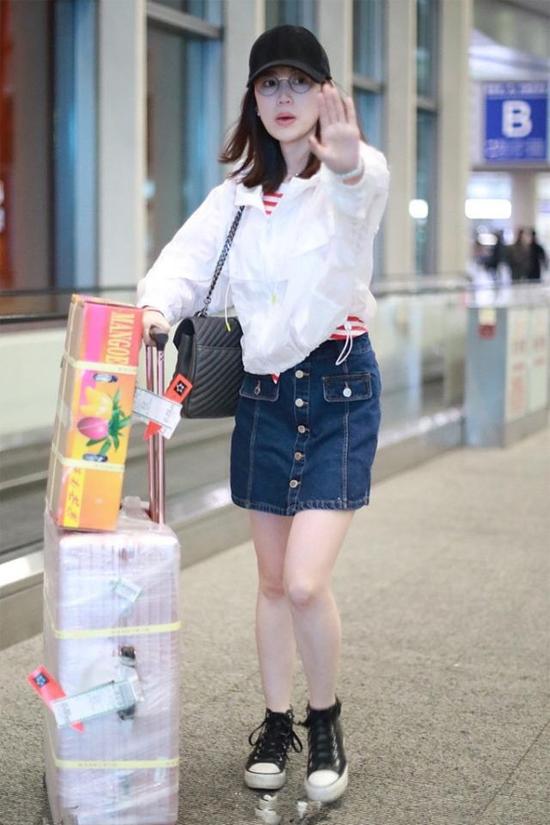 Sau một thời gian né dư luận, Mã Dung thời gian này xuất hiện liên tục. Hôm đầu tuần, tại sân bay, cô tỏ ra không vui khi cánh ký giả chụp hình. Ảnh: Sina