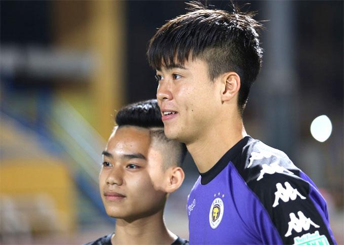 Duy Mạnh chụp ảnh cùng fan sau trận đấu. Ảnh: Văn Đương.