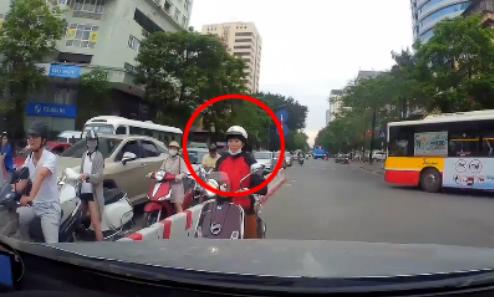 Tài xế ôtô cương quyết ép lùi người phụ nữ đi xe máy ngược chiều
