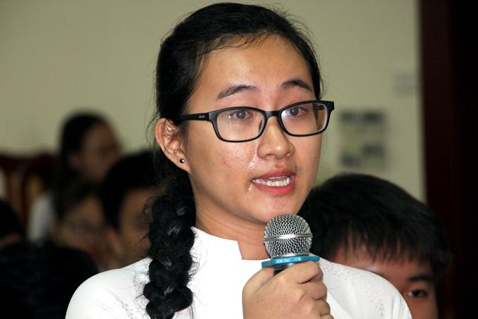 Em Phạm Song Toàn bật khóc tại diễn đàn ngành giáo dục TP HCM khi kể về cô giáo dạy Toán. Ảnh: Mạnh Tùng.