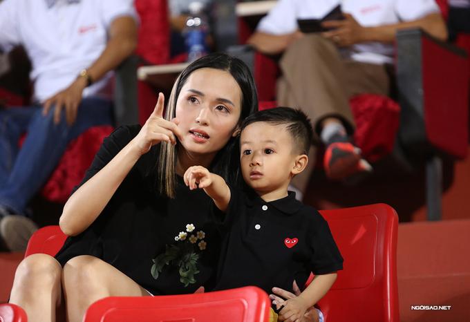 Vợ Văn Quyết cười rạng rỡ bên con trai trên khán đài