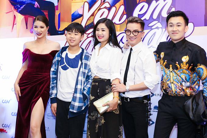 Nghệ sĩ Thu Hà đưa con trai đến xem bộ phim mới có Trang Trần, Mr Đàm tham gia. Ca sĩ Dương Triệu Vũ cũng có mặt tại sự kiện để chia vui với đoàn phim.