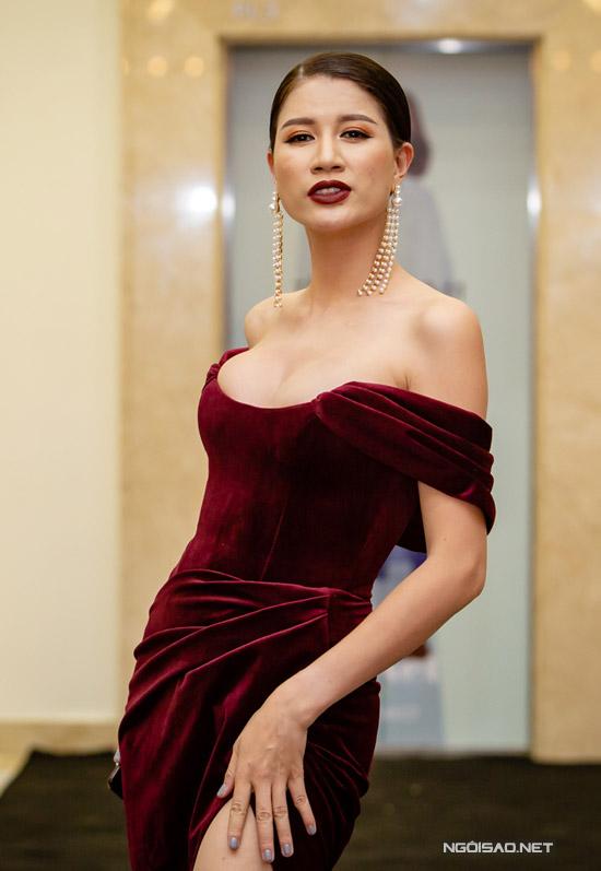 Bà mẹ một con diện bộ đầm nhung trễ nải của NTK Chung Thanh Phong, khoe vòng 1 dao kéo. Đường xẻ cao quá đùi cũng giúp cô phô trọn đôi chân dài sexy.