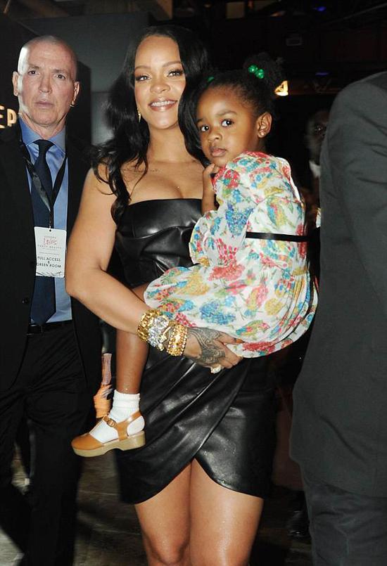 Nữ ca sĩ đưa cô cháu gái đến sự kiện cùng.