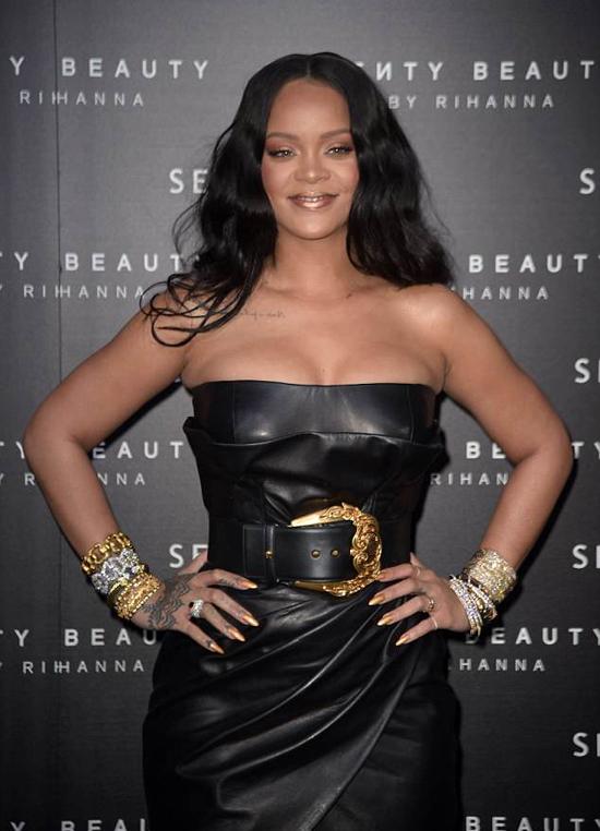 Chiếc váy thắt đai giúp Rihanna khoe eo thon.