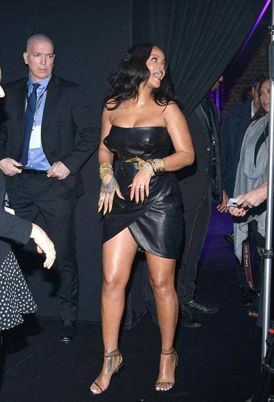 Rihanna rạng rỡ xuất hiện trong sự kiện tối thứ 5 tại kinh đô thời trang thế giới.