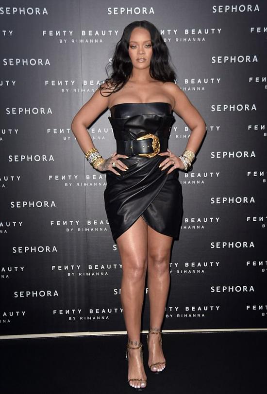 Giọng ca Diamond diện chiếc váy da bó sát thương hiệu Versace, để lộ vòng một nóng bỏng.