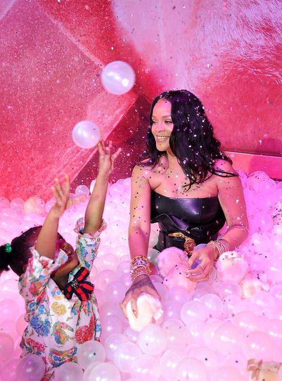 Dù váy chật khó di chuyển, Rihanna vẫn nhiệt tình chơi trò chơi cùng cháu.
