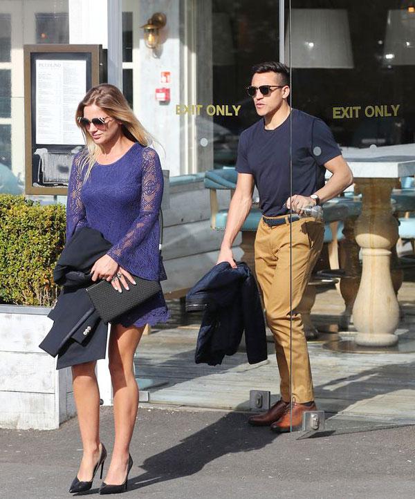 Tiền đạo Alexis Sanchez và bạn gái Mayte Rodriguez cùng tới nhà hàng Piccolino ở Alderley Edge ăn trưa hôm 5/4.