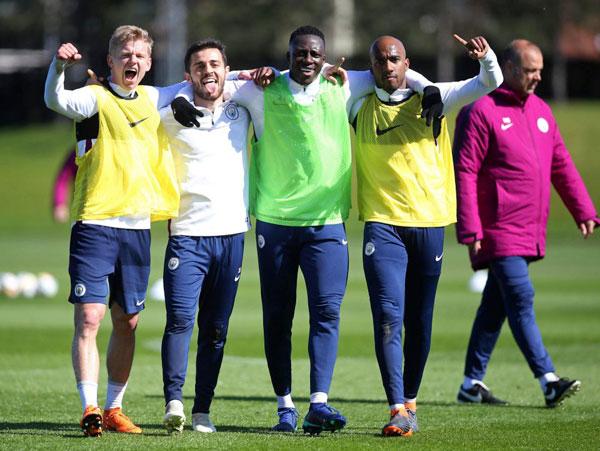 Trong khi đó, không khí tập luyện của Man City rất sôi nổi, bất chấp việc họ vừa thua sốc 0-3 trước Liverpool tại lượt đi tứ kết Champions League một ngày trước.