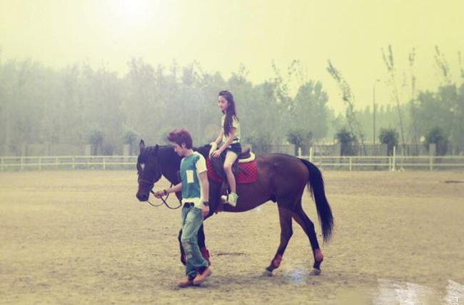 Thiên Tốn và Mộc Dịch bên nhau từng những ngày Thiên Tốn còn là một bé gái. Ảnh: Weibo