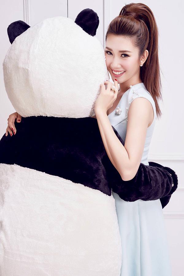 Người đẹp vừa thực hiện bộ ảnh cùng gấu bông, kỷ niệm sinh nhật lần thứ 27.