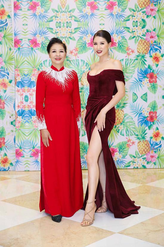 Mẹ của Trang Trần diện áo dài của NTK Minh Châu, trang điểm kỹ lưỡng đến ủng hộ bộ phim của con gái.