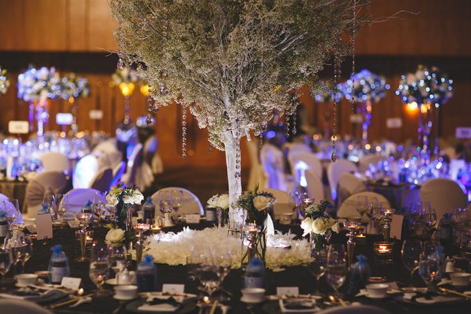 Chiếc bàn chính dành cho cô dâu chú rể và gia đình hai bên được kê ở chính giữa phòng tiệc. Một chiếc cây phủ tuyết trắng xóa được đặt ở chính giữa. Đây là điểm nhấn của chủ đề tiệc cưới mùa đông.
