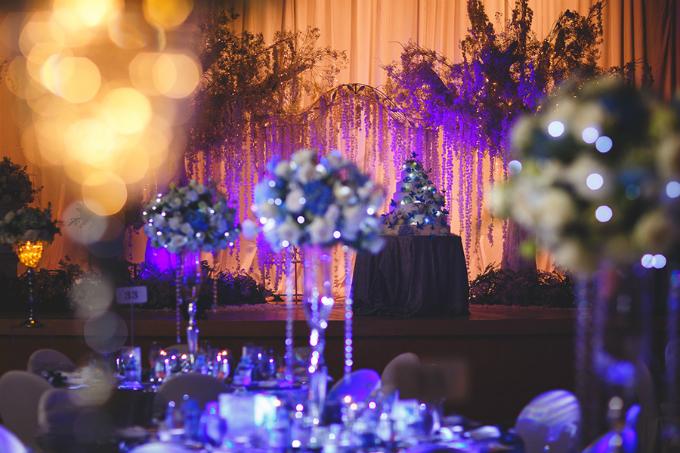 Suốt thời gian diễn ra các nghi lễ, ánh sáng từ đèn điện được tắt đi để những chi tiết dạ quang phát huy tác dụng, tạo nên một không gian lung linh, huyền ảo.