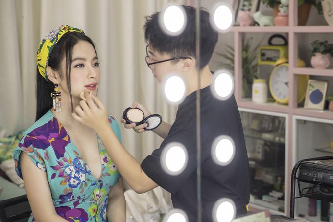 Ngày 6/4, chuyên gia trang điểm Hiwon khai trương tiệm make up kết hợp bán thức uống tại TP HCM. Angela Phương Trinh có mặt để chúc mừng anh. Cô được đích thân Hiwon trang điểm để tiếp tục các hoạt động khác trong ngày của mình.