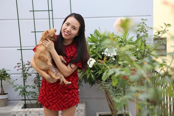 Chị Nguyễn Trang, 35 tuổi;rất yêu hoa, thích chăm sóc thú cưng và đọc truyện ngôn tình. Bận rộn với công việc quản lý cửa hàng thời trang nhưng đều đặn mỗi ngày, chị dành khoảng 1-2 giờ vào buổi sáng để chăm sóc vườn hồng.
