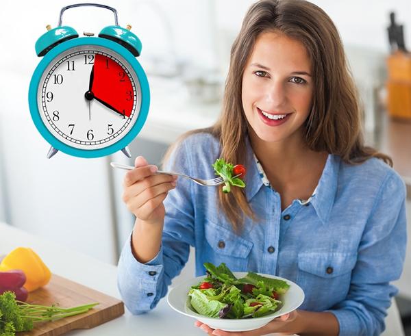 Thiết lập thời gian ăn Khi không có nhiều thời gian cho bữa ăn, bạn thường cố gắng ăn nhanh, không thể nhai kỹ và rất có thể ăn quá nhiều so với nhu cầu thực của cơ thể. Hãy sắp xếp thời gian để có ít nhất 20 phút cho mỗi bữa ăn. Hãy ngồi xuống bàn, ăn chậm rãi và nhai thật kỹ.
