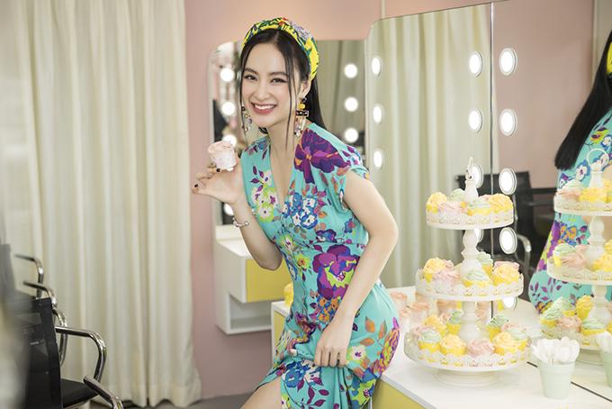 Angela Phương Trinh được Hiwon trang điểm theo phong cách nhẹ nhàng, trông rất rạng rỡ.