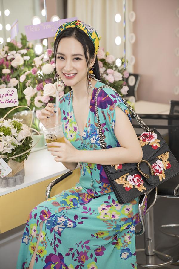 Nữ diễn viên còn thưởng thức món đồ uống do chính Hiwon pha chế.