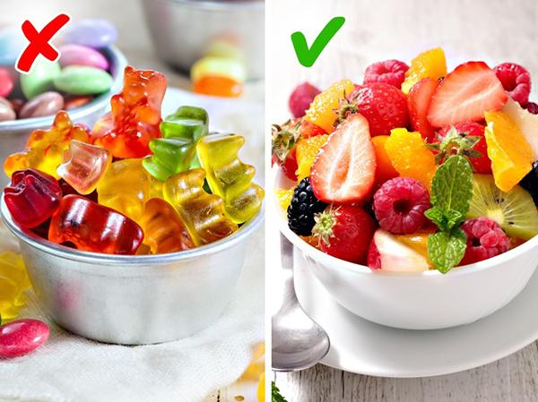 Luôn có sẵn hoa quả trong nhà Thay vì tích trữ bánh kẹo, hãy luôn bày sẵn một đĩa hoa quả trên bàn. Đây là một cách hữu hiệu giúp bạn tích cực ăn hoa quả hơn, hạn chế đồ ăn vặt không lành mạnh.
