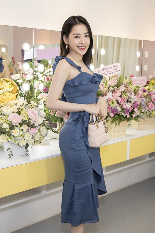 Diễn viên Chi Pu diện váy ôm,