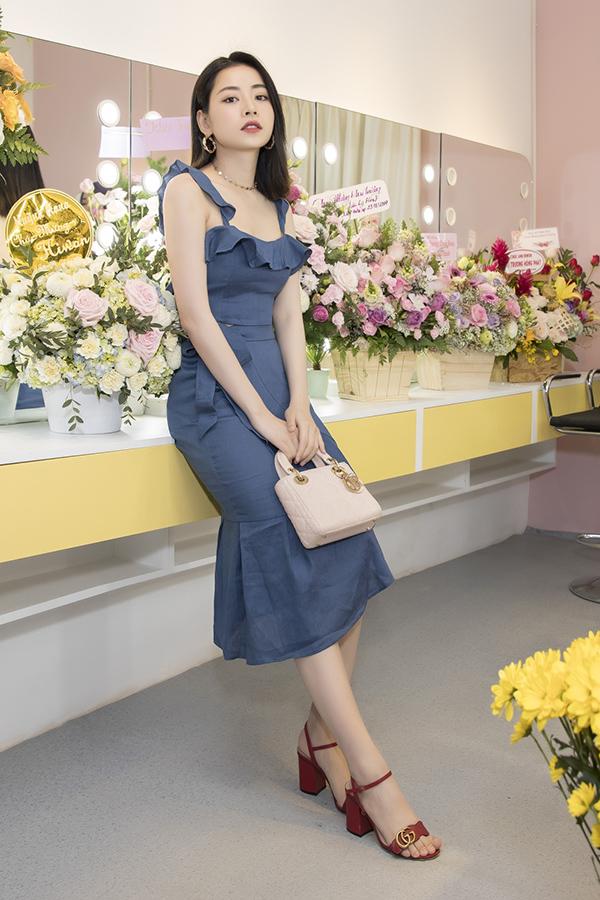 Diễn viên Chi Pu mặc váy ôm, mang túi xách và giày hàng hiệu.