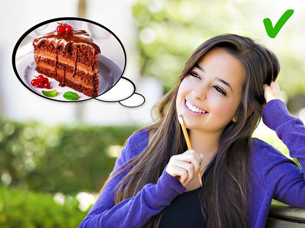 Tưởng tượng về bữa ăn Nghiên cứu của nhà khoa học thuộc Đại học Carnegie Mellon đã cho ra kết quả, những người thường xuyên tưởng tượng về các bữa ăn ngon sẽ ăn ít hơn trong thực tế so với những người không thường xuyên nghĩ về các món ăn. Vì vậy, hãy thoải mái tưởng tượng về món bít tết ngon lành hay một miếng bánh chocolate béo ngậy, đây cũng là một cách giảm cân không tốn chút sức lực nào.