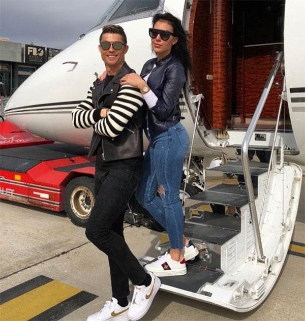 C. Ronaldo và bạn gái cùng gia đình sử dụng máy bay để đi du lịch. Ảnh: NS.