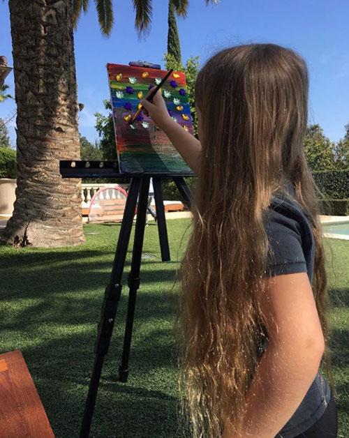 Harper để xõa tóc mềm mượt khi vẽ tranh trong kỳ nghỉ lễ phục sinh ở Miami, Mỹ.