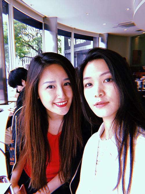 Thuỳ Dung và Mai Phương Thuý hẹn nhau ở một quán cà phê lãng mạn tại Tokyo (Nhật Bản).