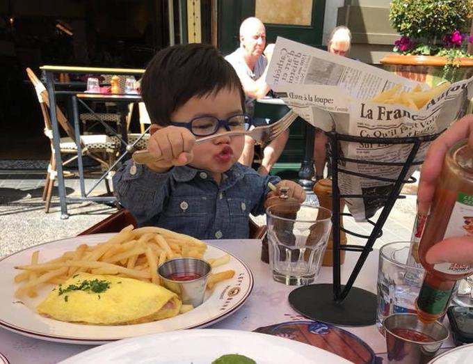 Thiên Từ nhà Đan Trường biểu cảm dễ thương khi tự xúc ăn. Thuỷ Tiên kể: Buổi đêm thì sốt; Ban ngày thi lại ăn ngon miệng như vậy.