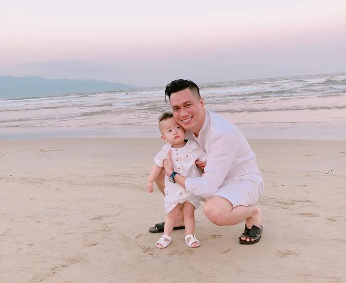 Bố con Việt Anh đi biển, tránh mưa rét ở Hà Nội.